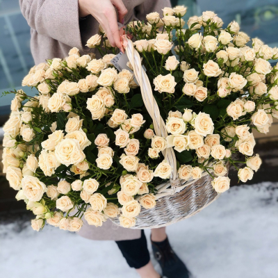 Большая корзина из кустовых роз.