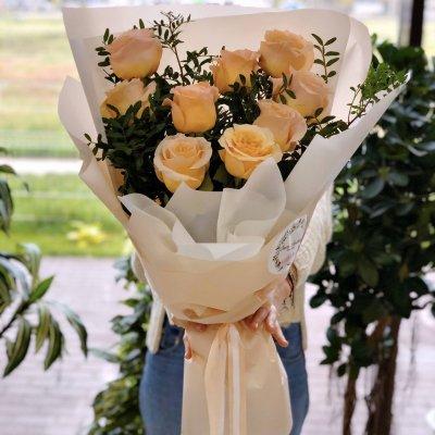 9 роз с зеленью в дизайнерской упаковке №2